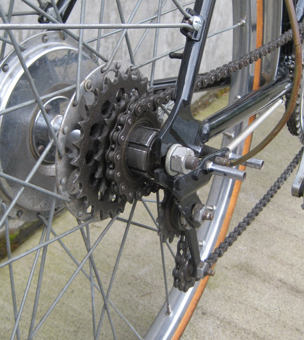 The-cogs-move-the-derailleur-stays-in-place.jpg